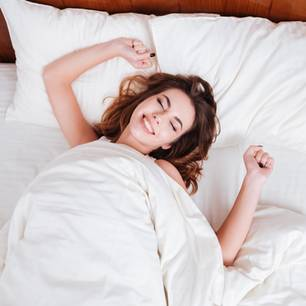 im Schlaf reden: Frau im Bett