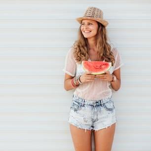 Blond Frau mit Wassermelonenkleid