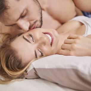 Socken beim Sex anlassen: Paar im Bett