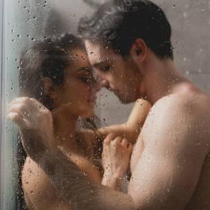 Sex unter der Dusche: Paar in Dusche