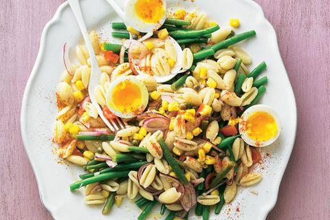 Nudelsalat mit Bohnen und Eiern