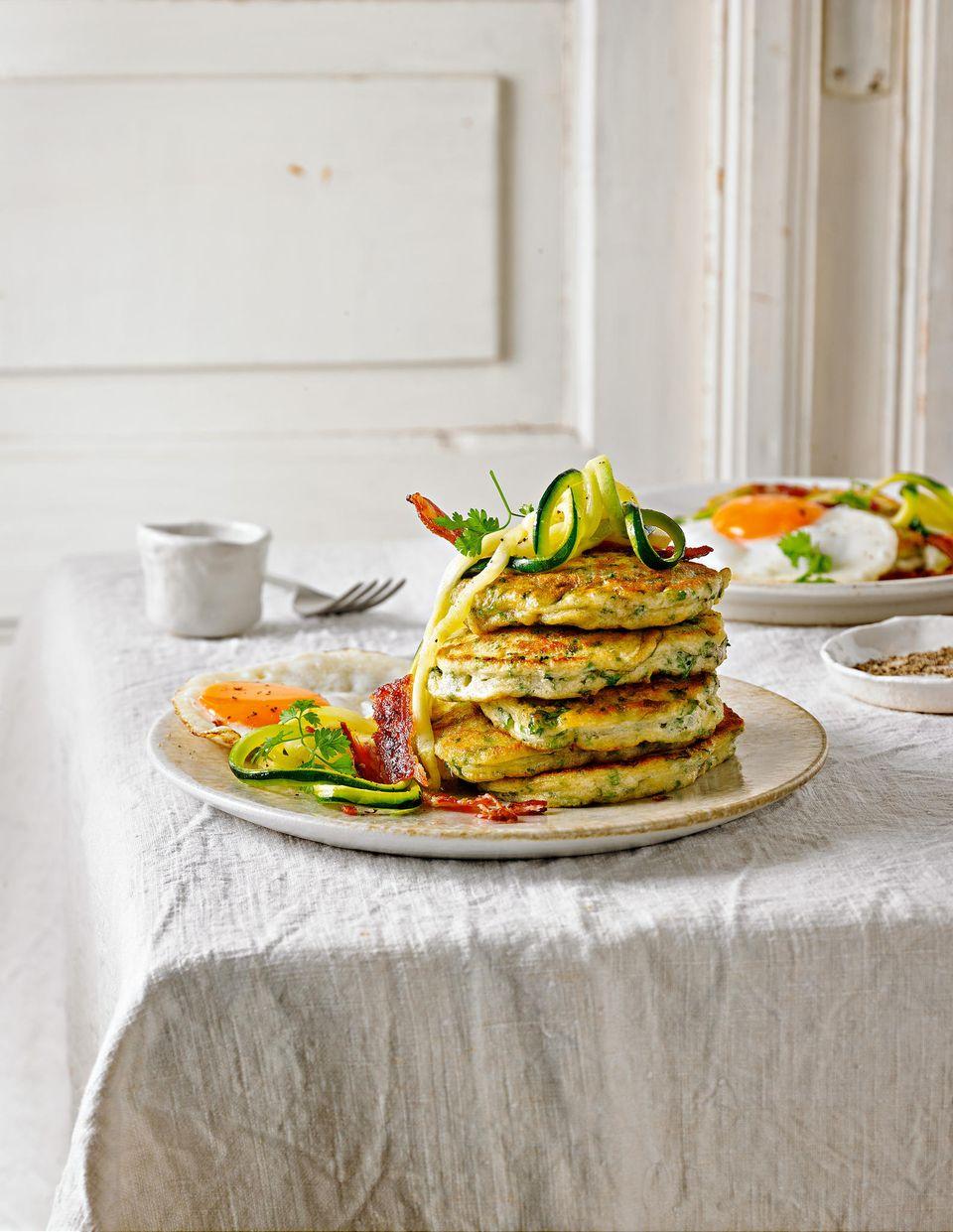 Pancakes mit Kräutern, Zucchini und Bacon