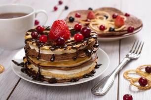 Pancakes mit Schokolade zu einem Türmchen gestapelt