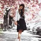 Schwarzes Kleid mit Jeansjacken und Sneakern