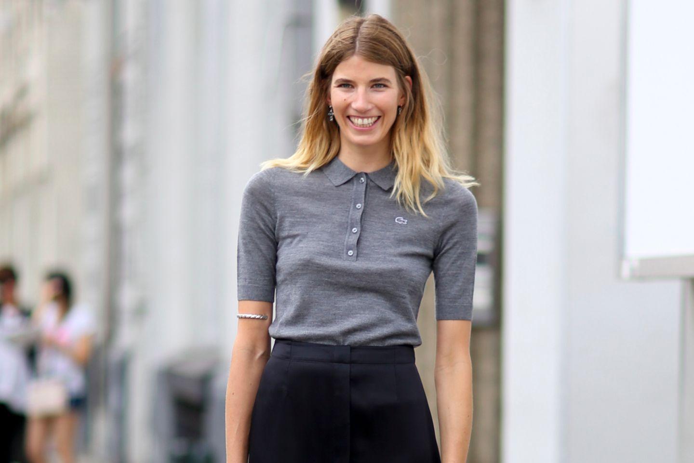 Frau mti Rock und Polo-Shirt
