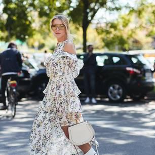 Frau fährt Fahrrad und hat Sommerkleid an
