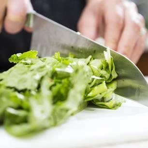 Schnell und einfach Salat schneiden? Mit diesem Trick klappt's!