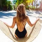Frau im schwarzen Badeanzug
