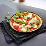 Kokospizza mit Basilikum und Mozzarella
