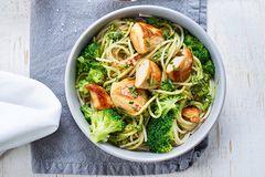 Pesto-Nudeln mit Brokkoli und Huhn