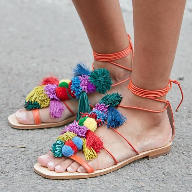 Sandalen und unlackierte Füße
