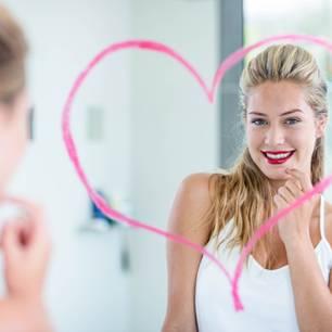 Vorbereitung aufs Date: Frau schminkt sich