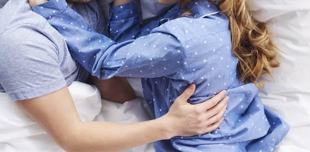 Erster Sex nach der Geburt: Paar im Bett