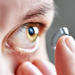 Ärzte holen 27 Kontaktlinsen aus Auge von Patientin