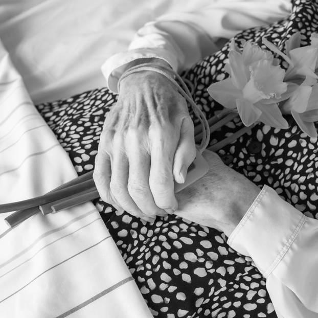 Frau auf Sterbebett beklaut