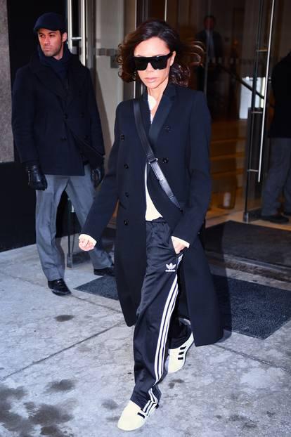 Victoria Beckham trägt Sneaker von Adidas