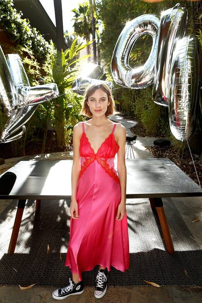 Alxea Chung im rosa Kleid und schwarzen Chucks