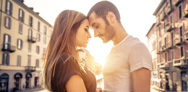 Kompliment für Männer: Paar kuschelt