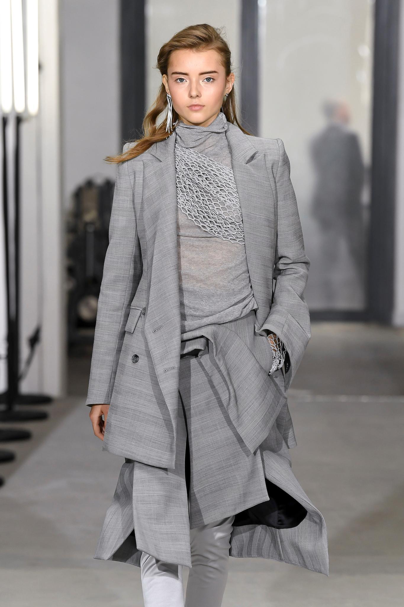 Modell trägt Hosenrock bei Maticevski