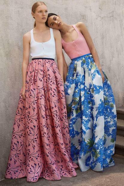 Modells tragen Maxiröcke bei Carolina Herrera