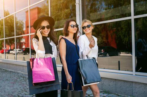 Frauen shoppen mit Einkaufstüten