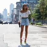 Bloggerin trägt Jeansrock auf den Straßen New Yorks