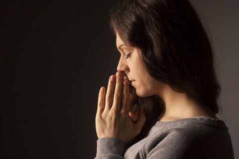 Urlaub im Kloster - Frau betet