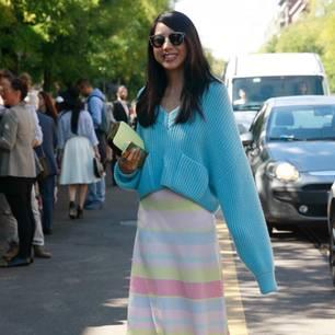 Bloggerin trägt blauen Sommerpulli zu gestreiftem Rock