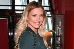 Valentina Pahde mit langen Haaren und Chanel-Tasche