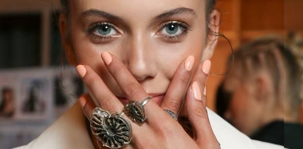 Frau mit Gel-Nägeln