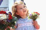 So süß: Nesthäkchen Charlotte trägt einen kleinen Blumenstrauß und ist ganz stolz drauf.