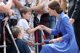 Kate schüttelt Kind die Hand