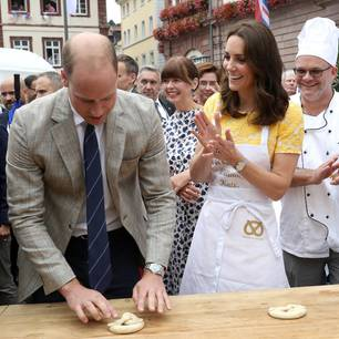 William backt eine Brezel und Kate ist ganz stolz auf ihren Mann