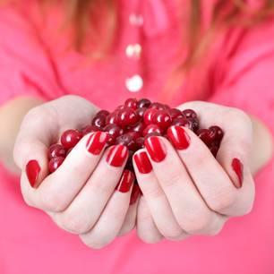 Frau mit rotem Nagellack