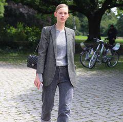 Frau in Boyfriend-Jeans