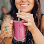 Shred Diät: Frau hält Smoothie in ihren Händen