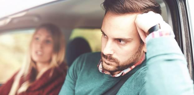 Paar streitet im Auto
