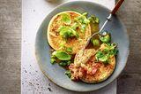 Gebackener Feta mit Lauchzwiebeln und Quinoa-Tomaten-Marmelade