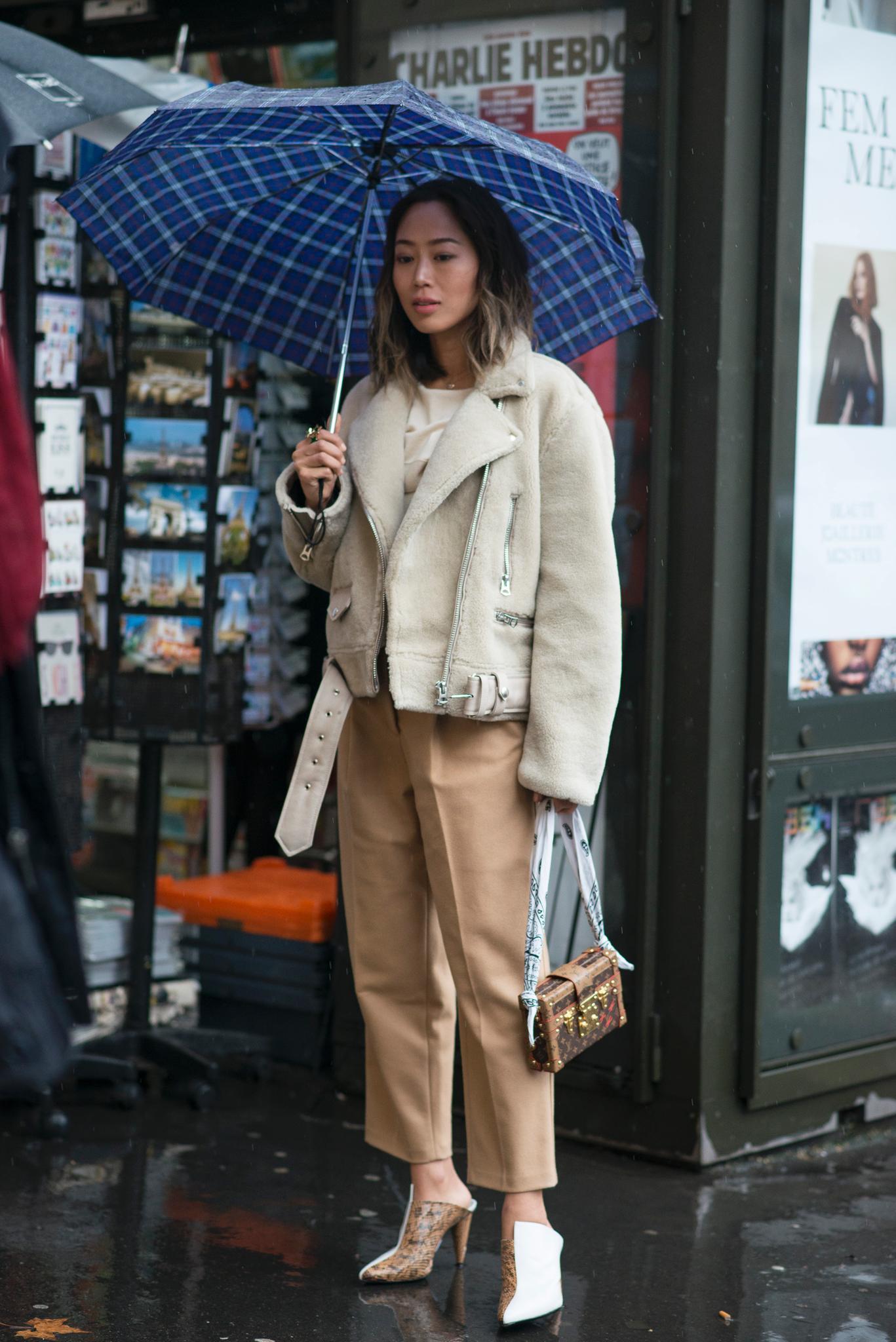 Regen-Outfit mit Lammfell-Bikerjacke und hohen Mules