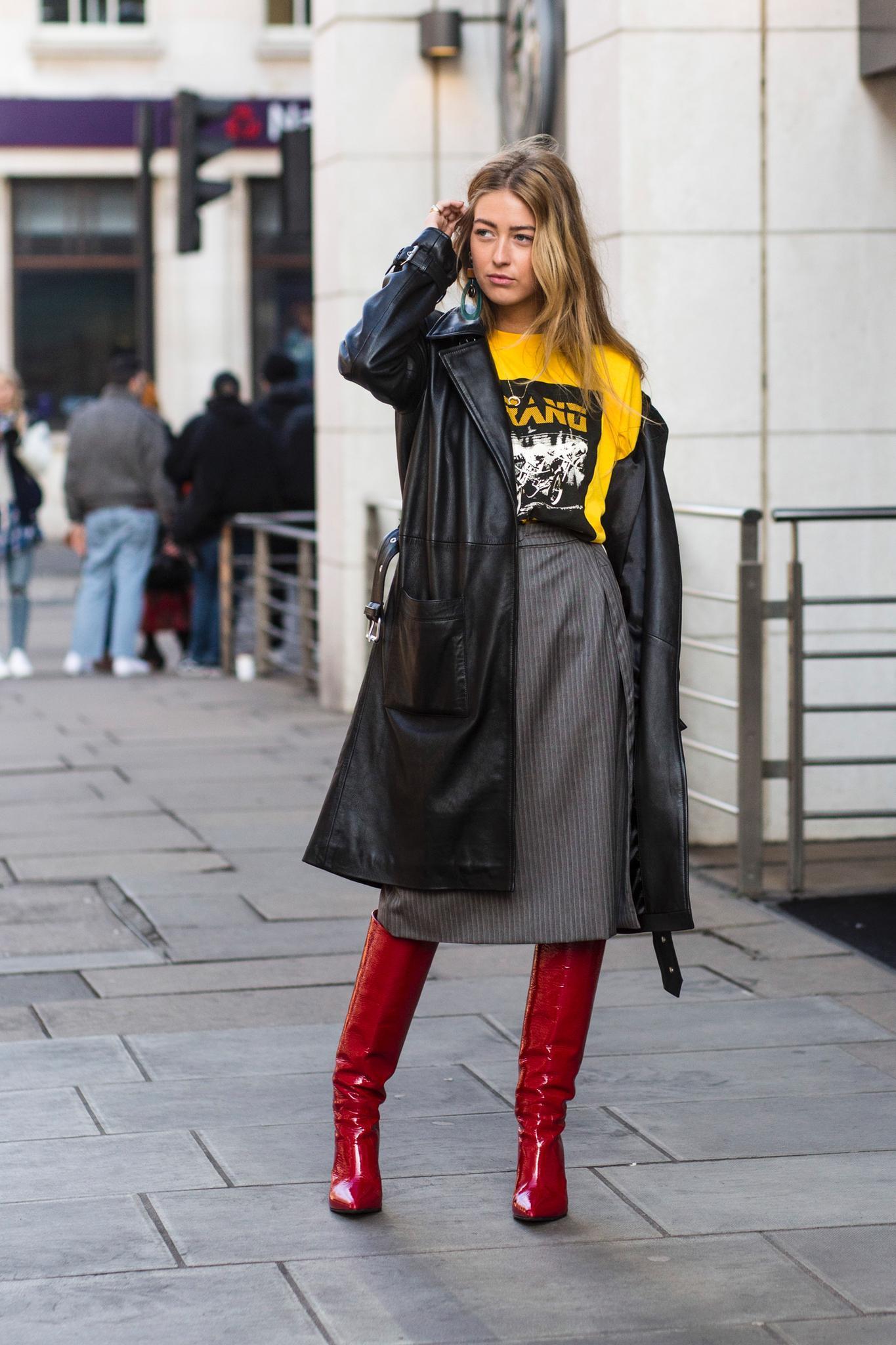 Frau im Trenchcoat zum Rock und Stiefeln als regen-Outfit