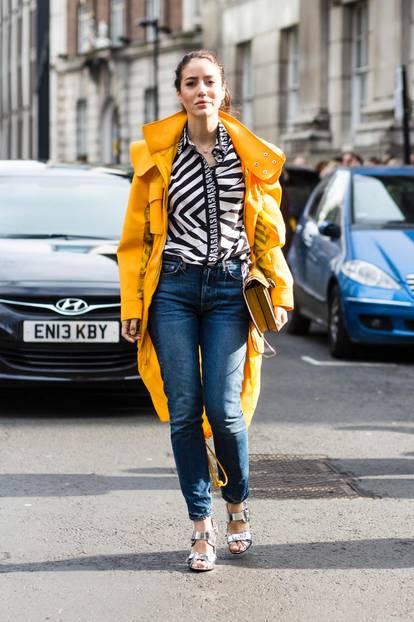 Frau mit Mantel als Regen-Outfit