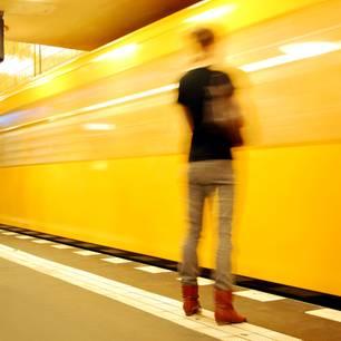 News: Unbekannter schubst 18-Jährige auf einfahrende U-Bahn