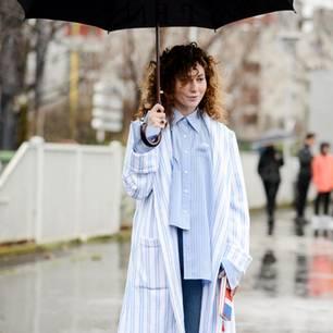Frau im Regen-Outfit