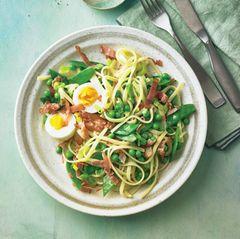 Gemüse-Pasta mit Speck und Ei
