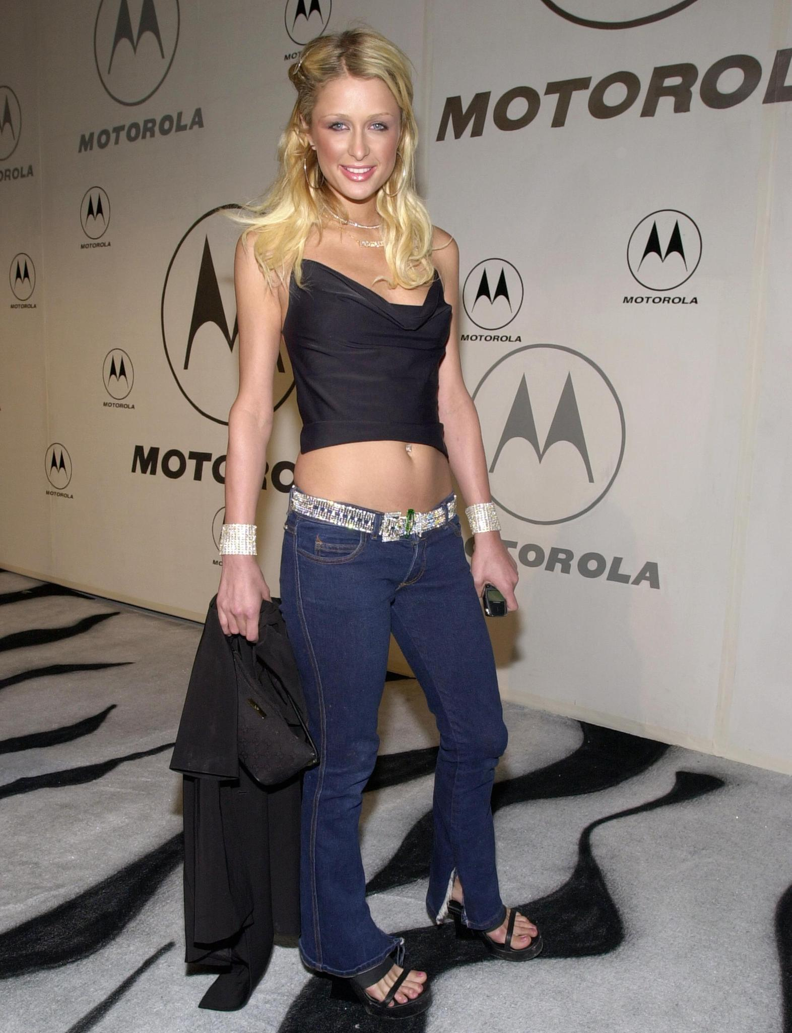 Paris Hilton trägt Hüftjeans