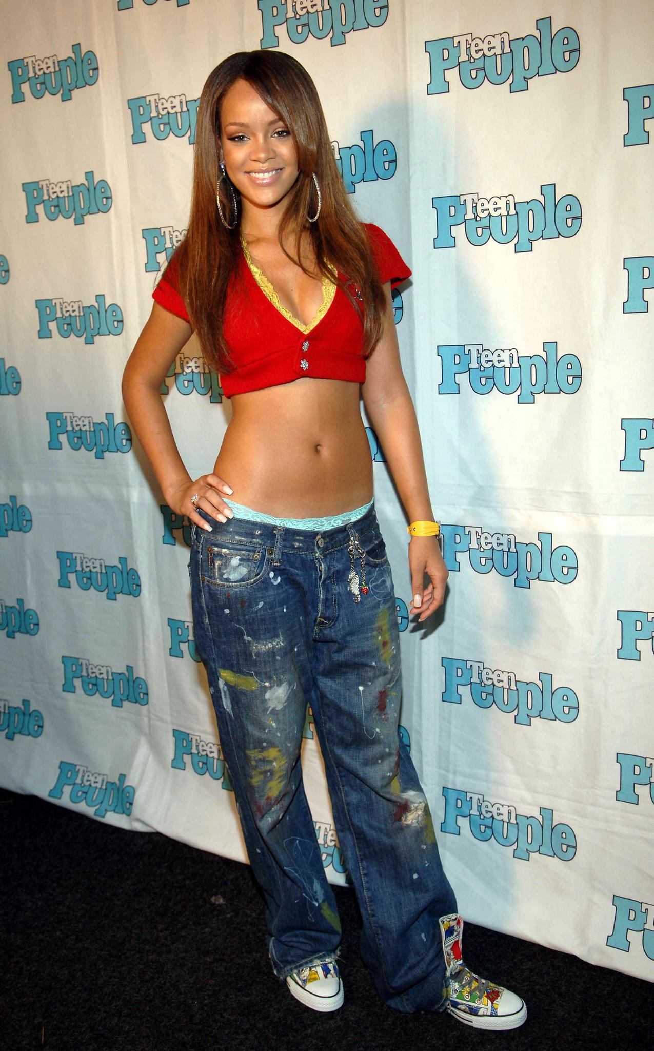 Rihanna trägt Hüftjeans
