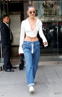 Bella Hadid in Hüftjeans