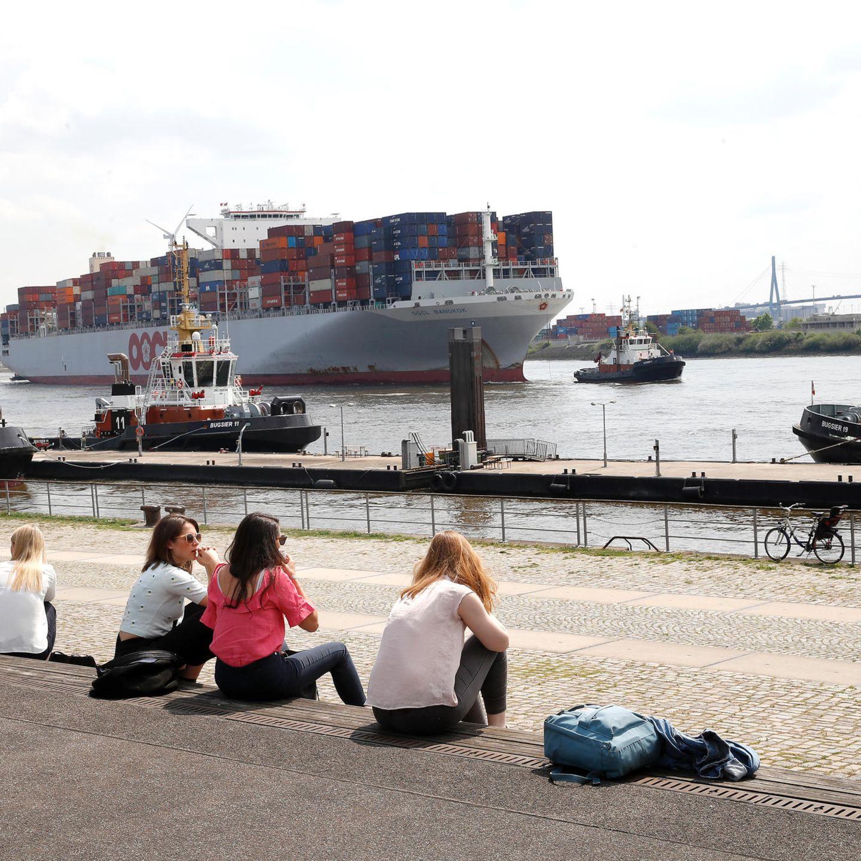 In den Pausen wurden bei herrlichem Wetter an der Elbe Kontakte geknüpft.