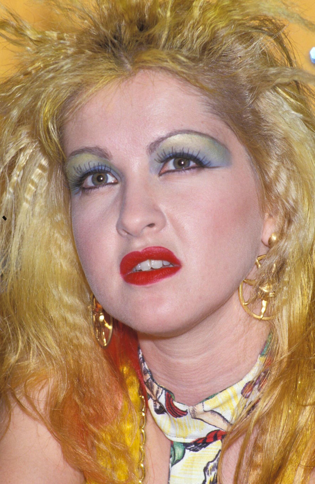 Cyndi Lauper trägt buntes Colour Blocking
