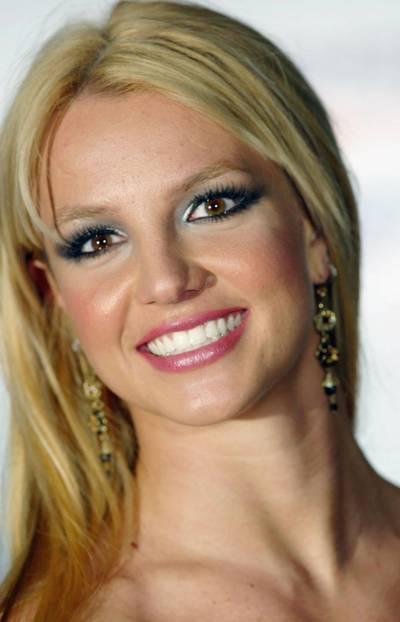 Britney Spears trägt blaufarbenen Lidschatten